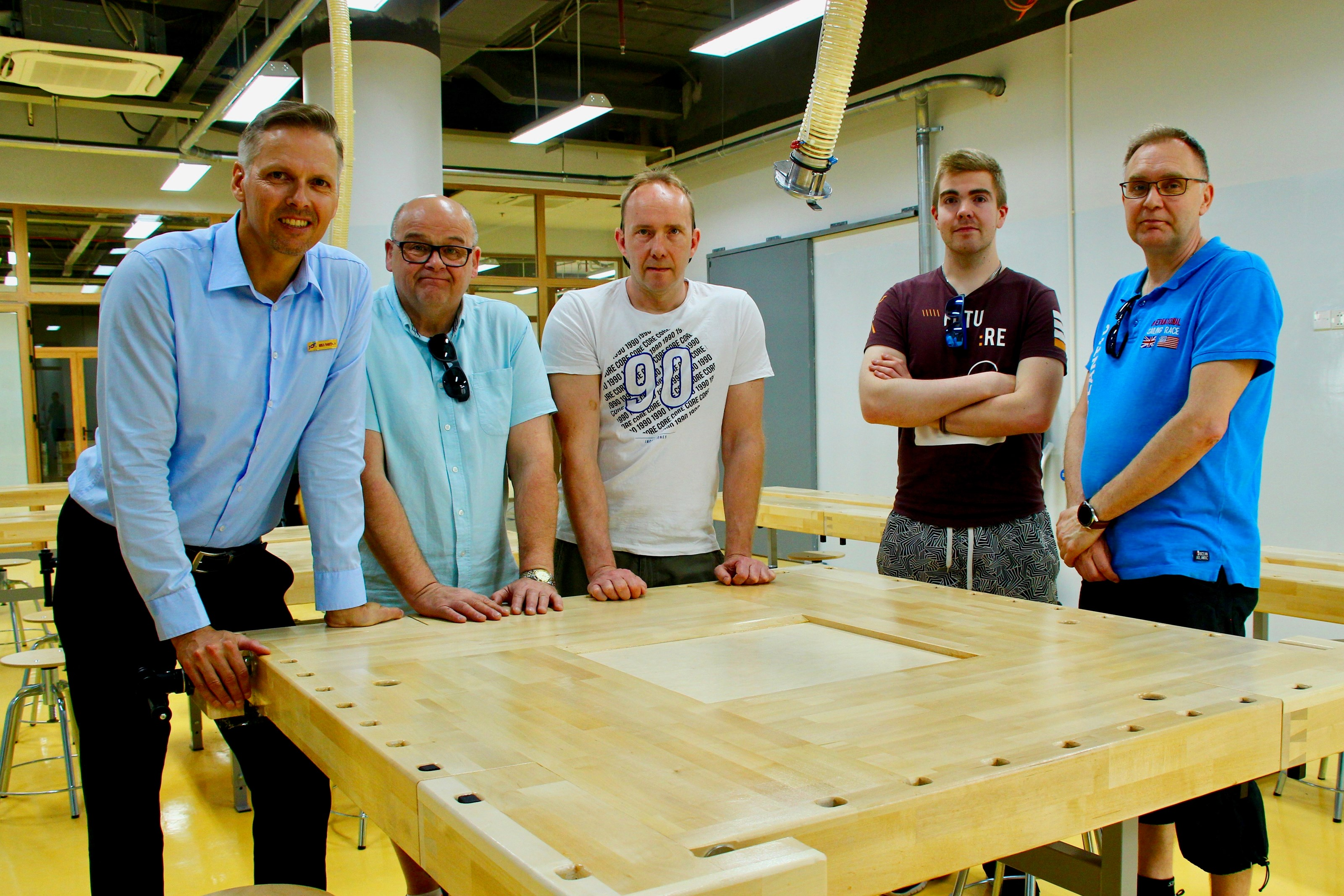 Bäck & Co's mechanics Kari Karjalainen, Johnny Willfors, Matti Laasanen, and Johnny Sjöskog have completed the technical workspace at the Vietnam-Finland School. At the left is Mika Rantala, who works in the project as a Finnish Educational Expert.